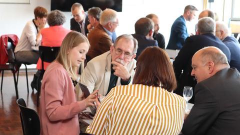 hessenschau-Redakteurin Sophia Luft und ihre Kollegin diskutieren mit Harald Brandes (rechts) und Harald Freiling über Social-Media-Plattformen