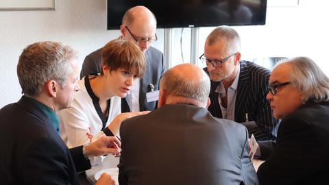 Janina Strothmann, Dominik Schilling und Michael Hofmann (hinten, von links nach rechts) diskutieren mit Joachim Valentin, Harald Brandes und Enis Gülegen (vorne, von links nach rechts) über die ARD-Mediathek und andere Video-on-Demand-Angebote