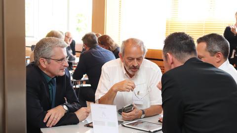 Joachim Valentin (links) und Hejo Manderscheid informieren sich über die ard-Audiothek und andere Audioangebote
