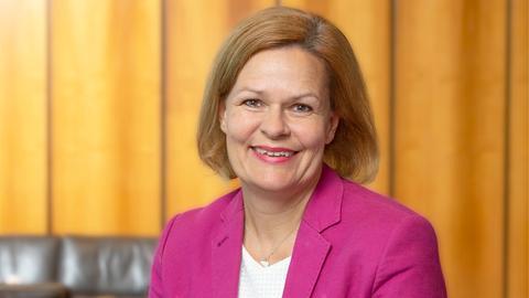 Nancy Faeser, Mitglied des Rundfunkrats, um Hintergrund eine holzvertäfelte Wand