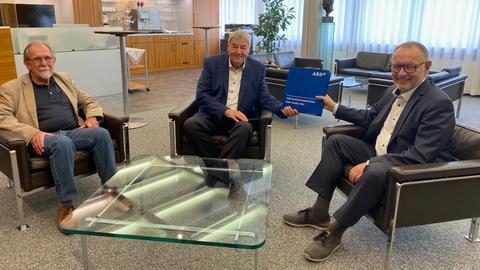 (v.r.n.l.): hr-Intendant Manfred Krupp übergibt dem hr-Rundfunkratsvorsitzenden Rolf Müller in Beisein von Harald Freiling, Vorsitzender des Telemedienausschusses, das Telemedienänderungskonzept für hr-online