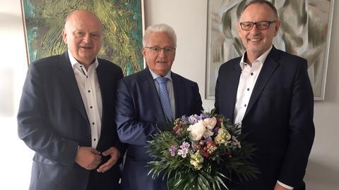 Harald Brandes (links), Vorsitzender des Rundfunkrats, und Manfred Krupp (rechts), Intendant des Hessischen Rundfunks, gratulieren Armin Clauss, der heute zum Vorsitzenden des hr-Verwaltungsrats wiedergewählt wurde.