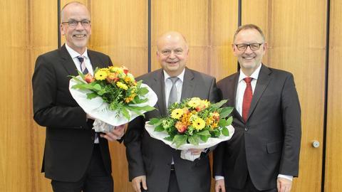 hr-Intendant Manfred Krupp gratuliert dem Rundfunkratsvorsitzenden Harald Brandes und dessen Stellvertreter Jörn Dulige zur Wiederwahl.